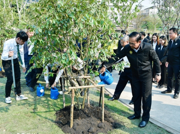 นายกรัฐมนตรี ร่วมปลูกต้นรวงผึ้งกับผู้แทนนิสิตมหาวิทยาลัยเกษตรศาสตร์